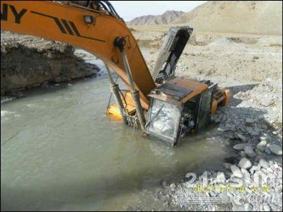 连杆等内部结构未锈蚀损坏,就地更换油品修复电路后,通过385挖机开挖